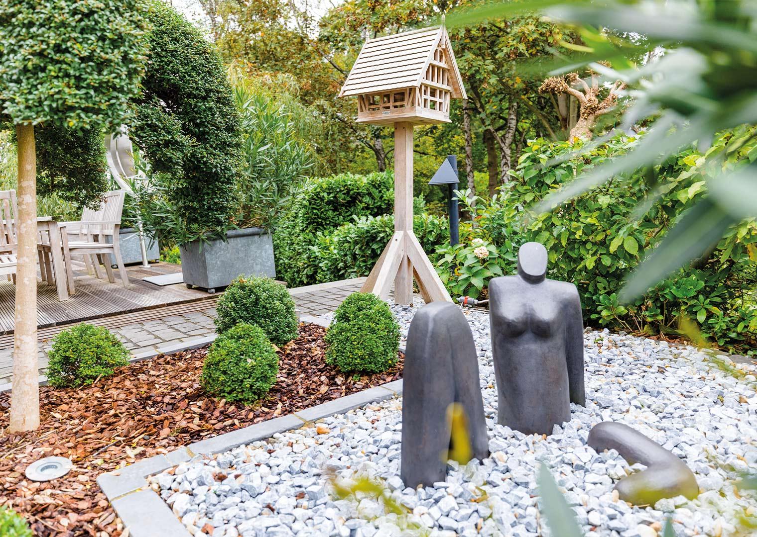 Link zur Bilddatei: menke_galabau_bochum_galeriebild_gartengestaltung_vogelhaus_skulptur_modern