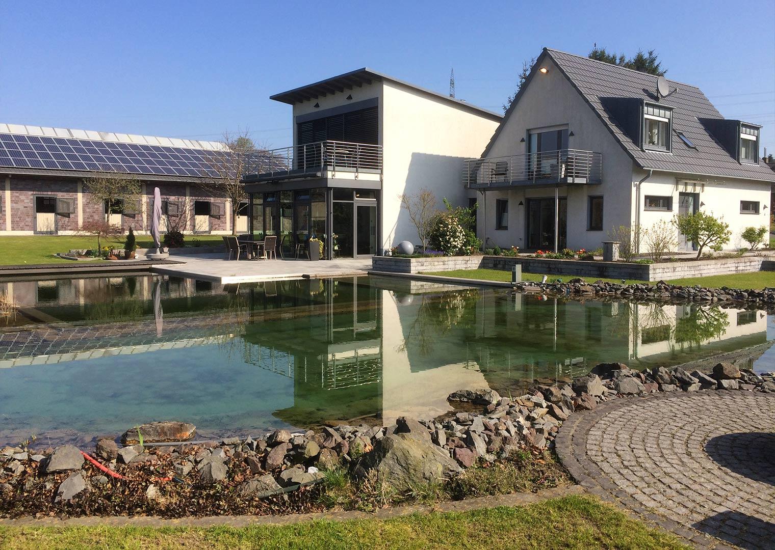 Link zur Bilddatei: menke_galabau_bochum_referenzen_garten_mit_schwimmteich_galeriebild_terrasse