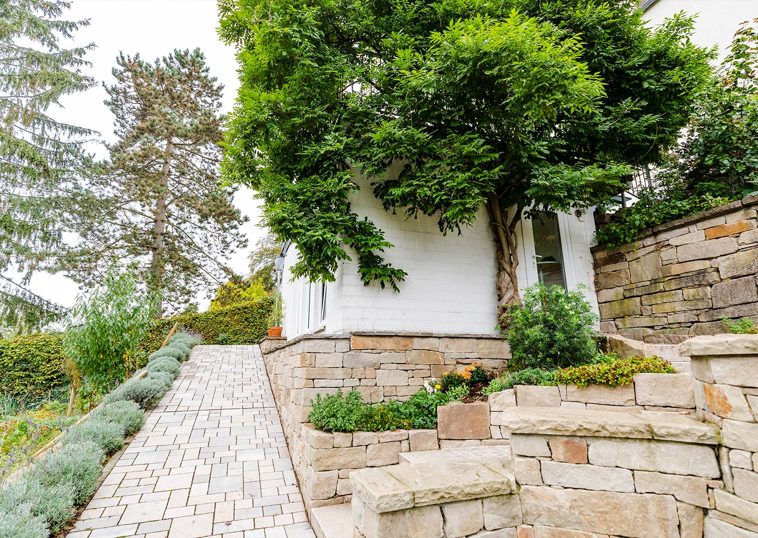 Link zur Bilddatei: menke_galabau_bochum_referenzen_privatgarten_am_hang_galeriebild_gartenhaus