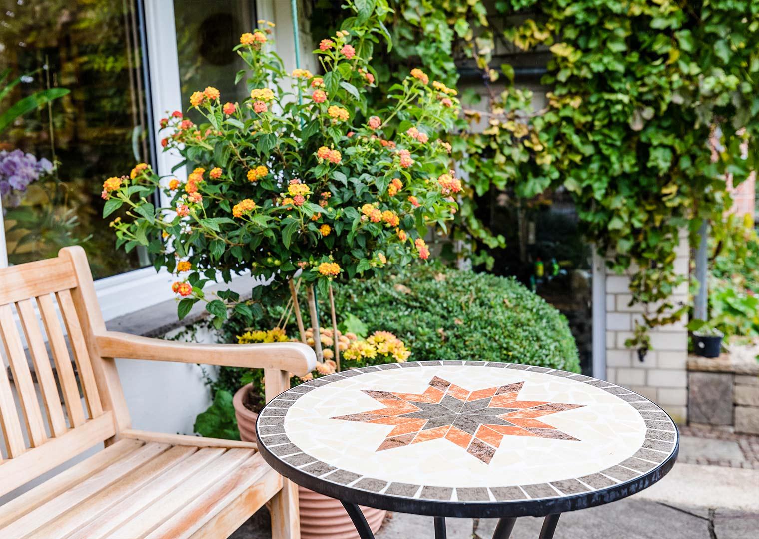 Link zur Bilddatei: menke_galabau_bochum_referenzen_privatgarten_am_hang_galeriebild_terrasse