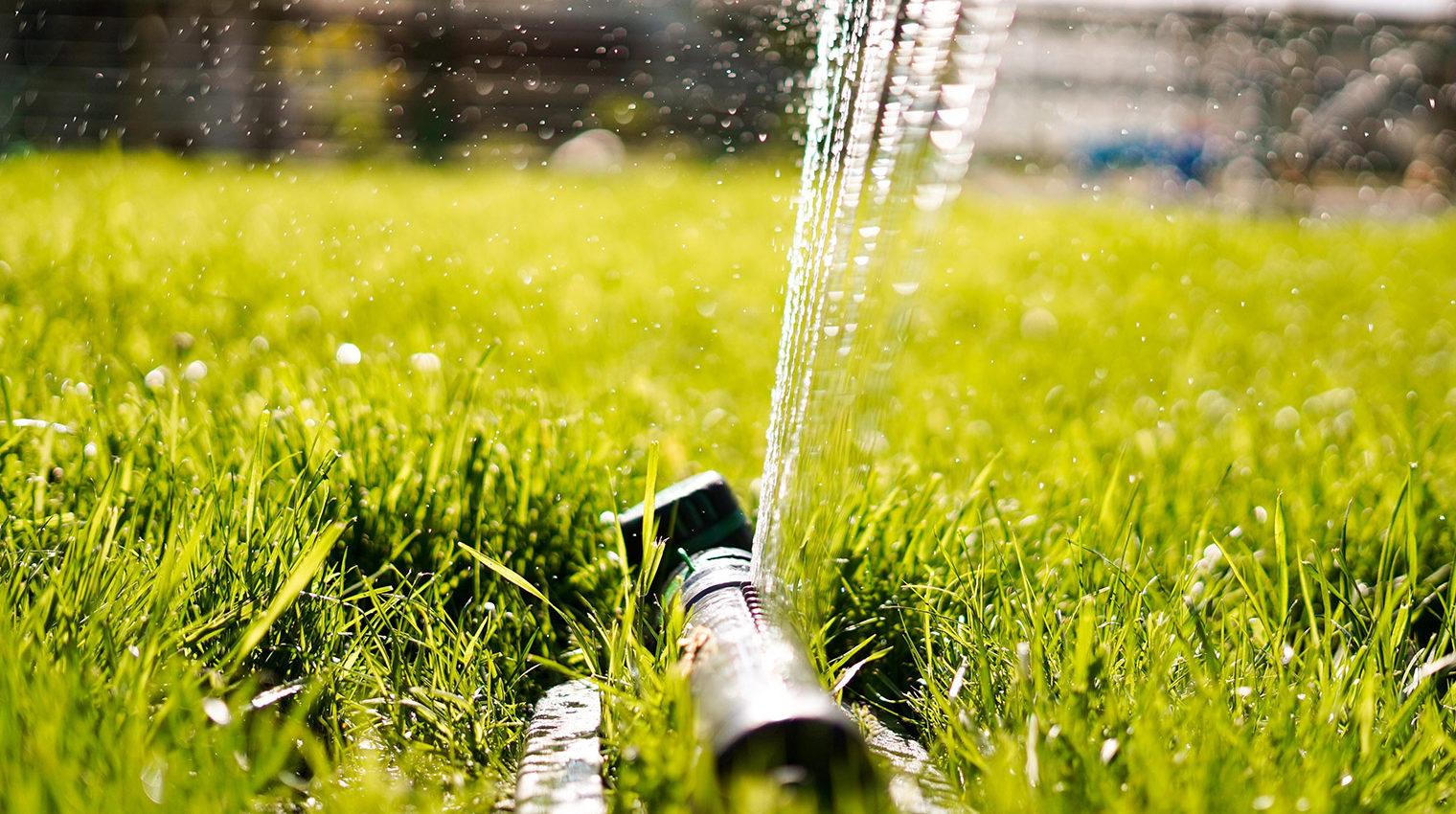 Bewässerungssystem auf grünem Rasen
